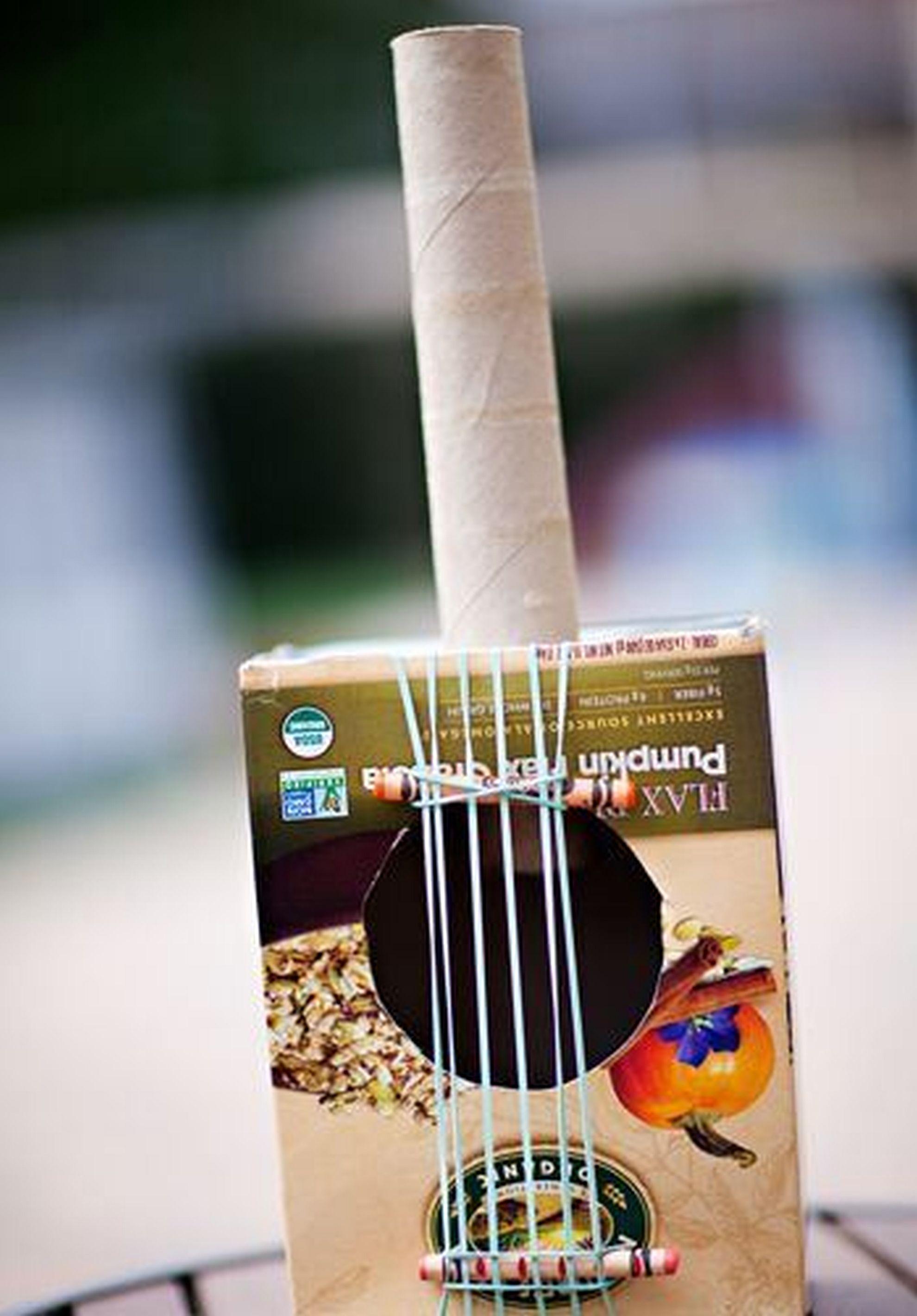 Guitarra de papel: você irá precisar apenas de uma caixa, um rolo de papel toalha, fita adesiva e elásticos. Foto: Pinterest/ Divulgação