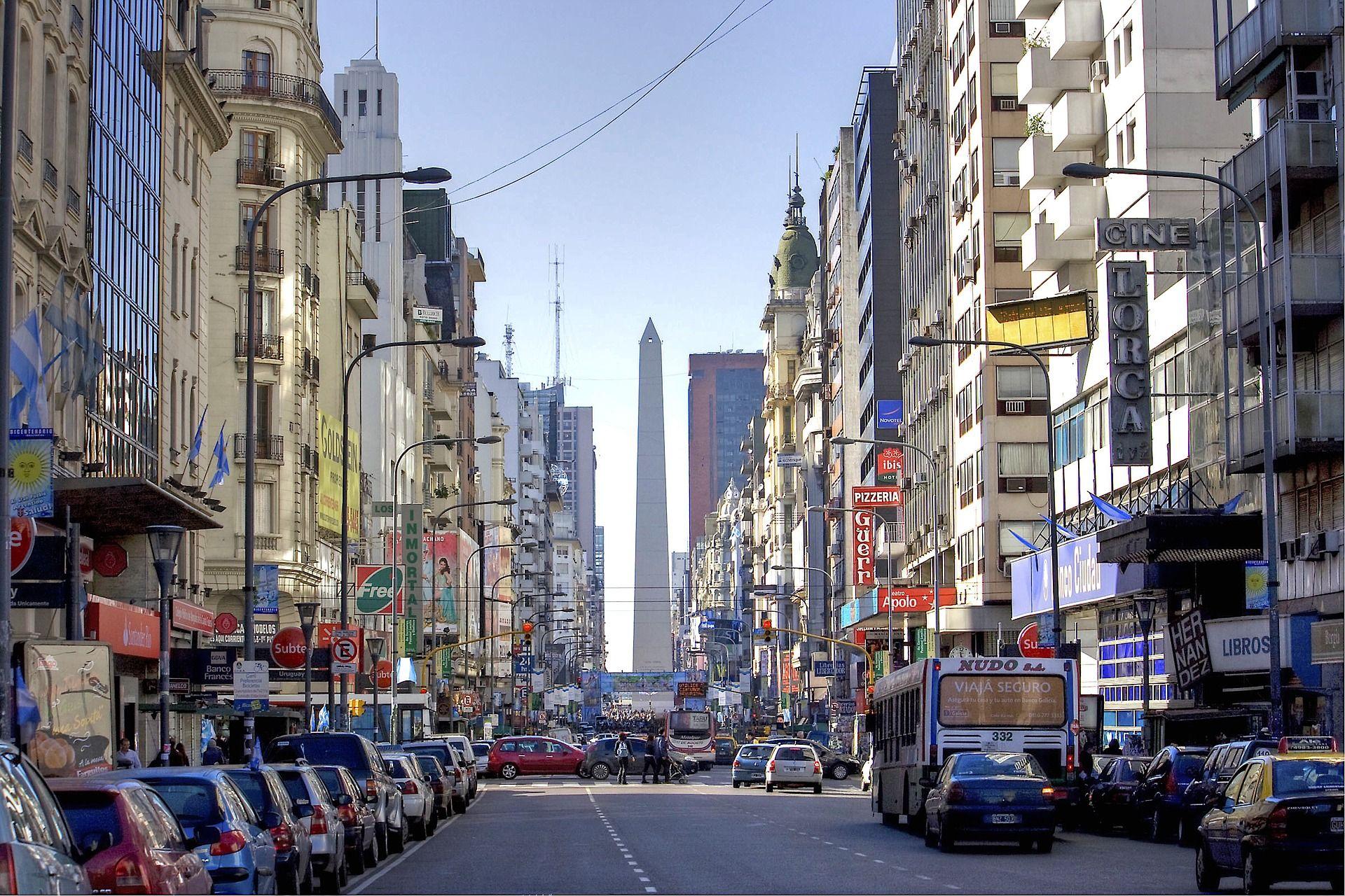O Obelisco de Buenos Aires, visto a partir da Avenida Corrientes. Foto: Pixabay