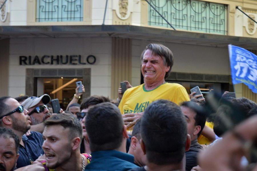 Momento em que Jair Bolsonaro é atingido pela facada. Foto: AFP