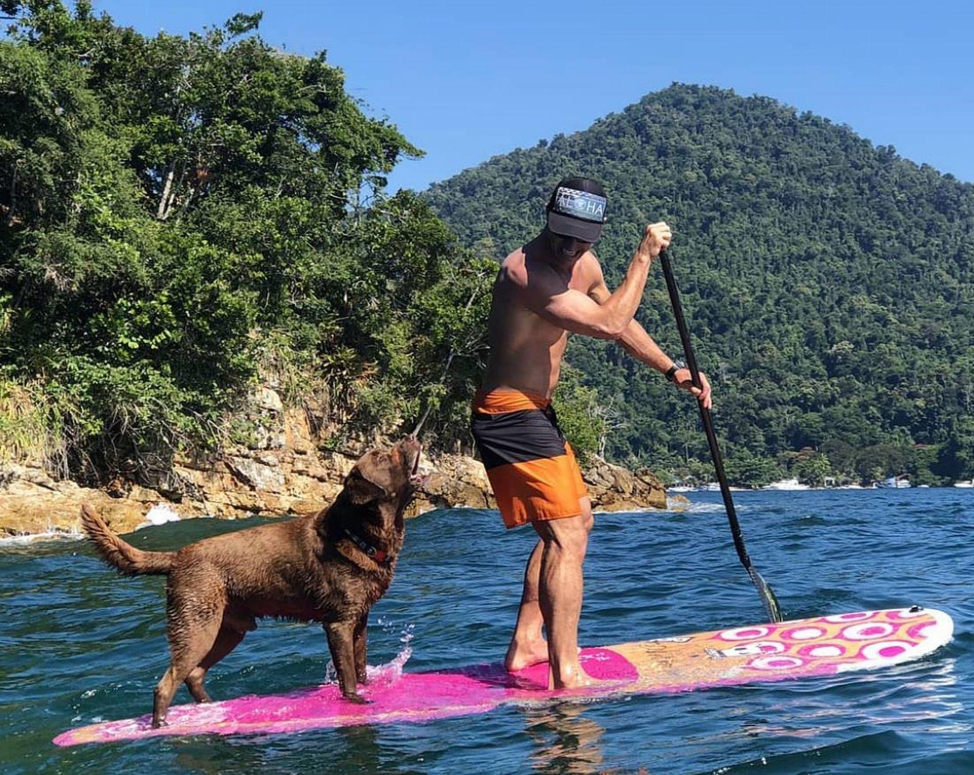 A história da dupla começou meio que por acaso, quando Ivan foi remar stand up paddle e Bono saiu nadando atrás. Foto: reprodução Instagram.