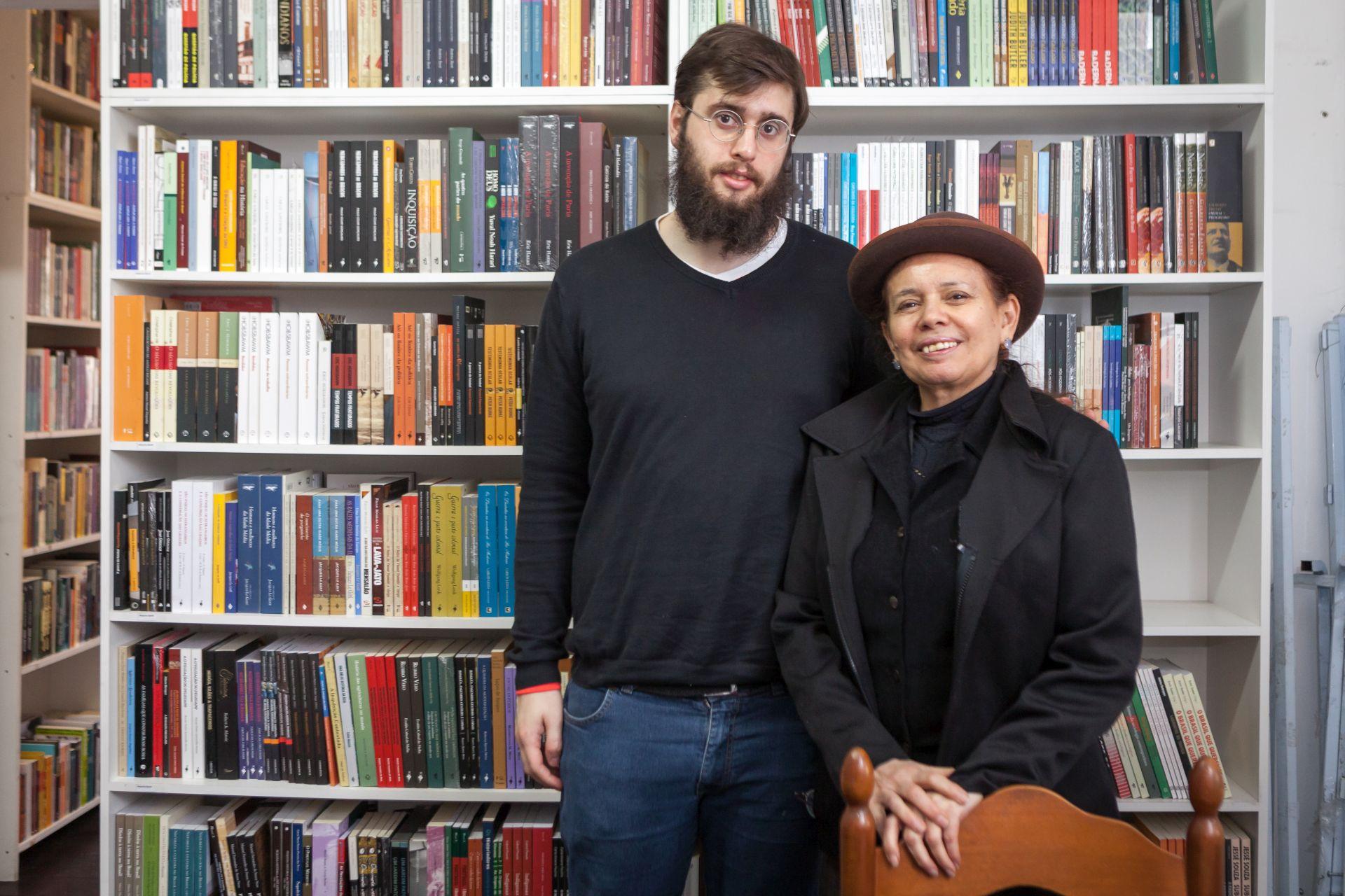 Erich Miners, estudante de História, e Socorro Araújo: sócios e livreiros da Vertov. Foto: Fernando Zequinão/Gazeta do Povo