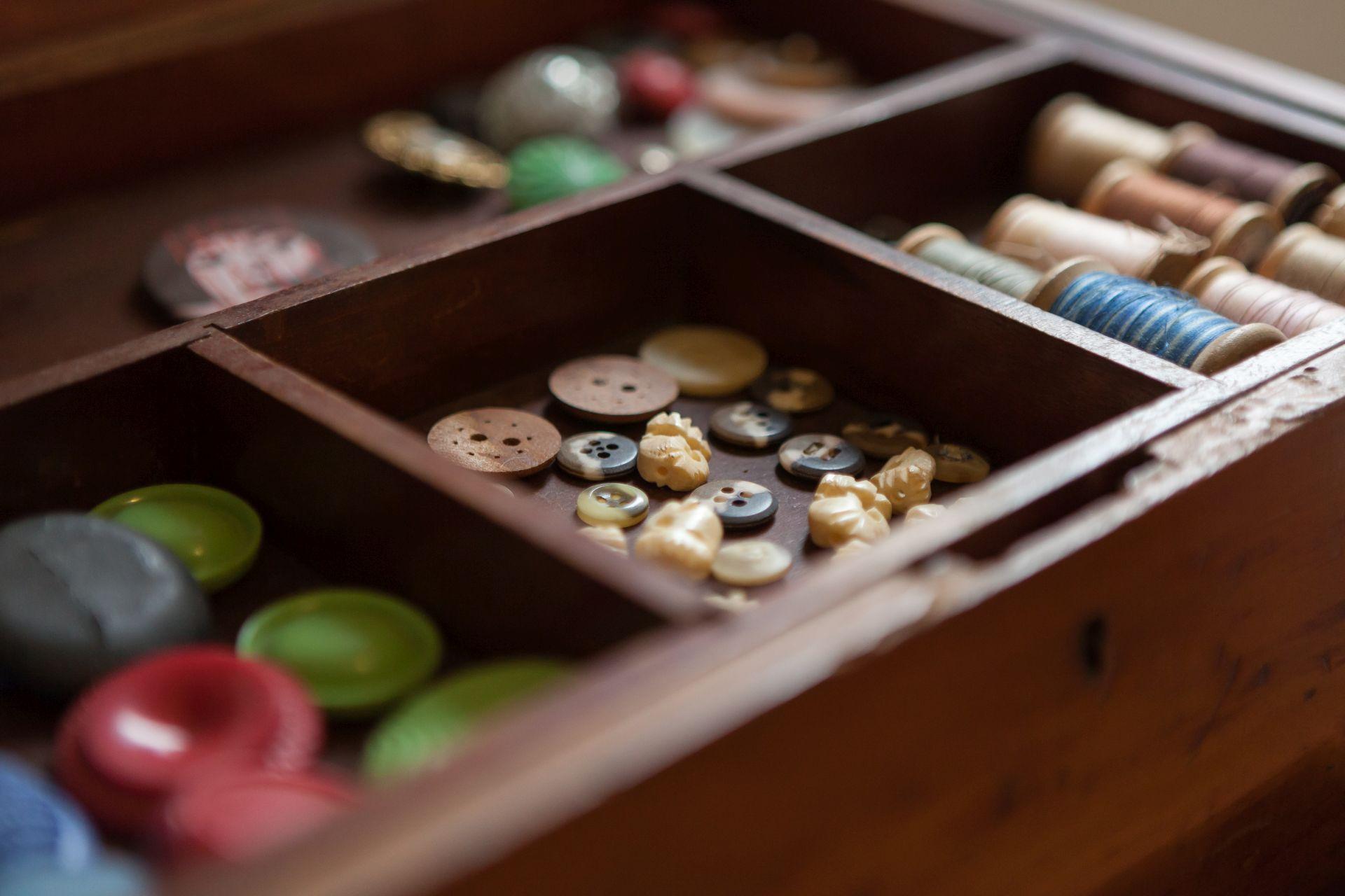 Dentre os objetos colecionados por Socorro, botões de osso, vidro e plástico do início do século 20. Foto: Fernando Zequinão/Gazeta do Povo