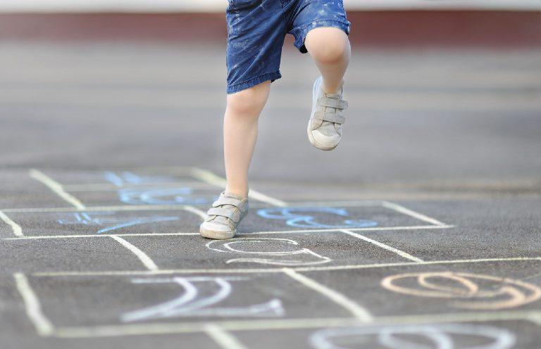 Relembrar brincadeiras antigas - e brincar junto - é uma ótima forma de estreitar ainda mais o vínculo familiar. Foto: Bigstock