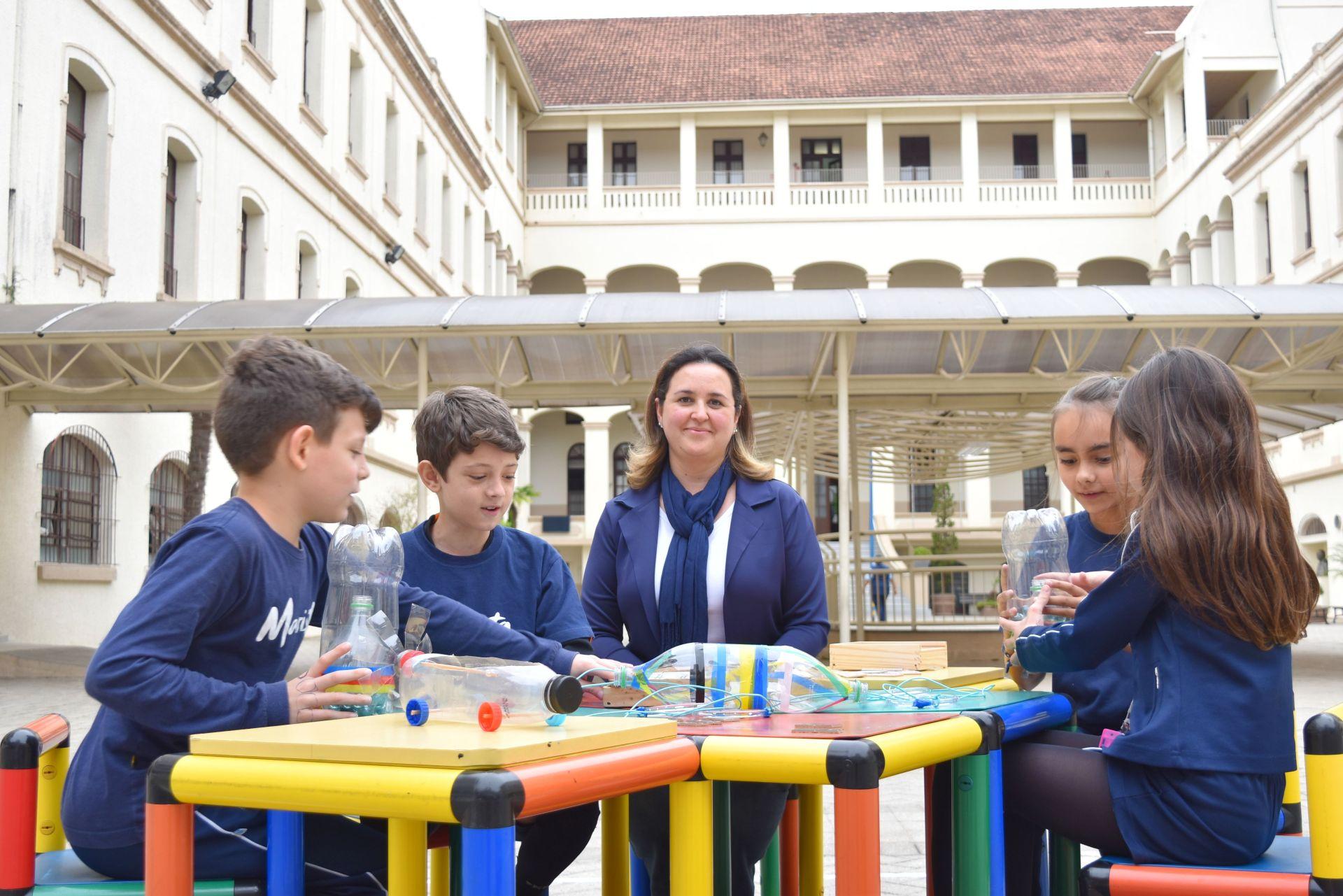 As crianças do colégio descobriram que fazer os próprios joguinhos também ajudava a tirar os amiguinhos do isolamento do smartphone. Foto: Guilherme Grandi/Gazeta do Povo.