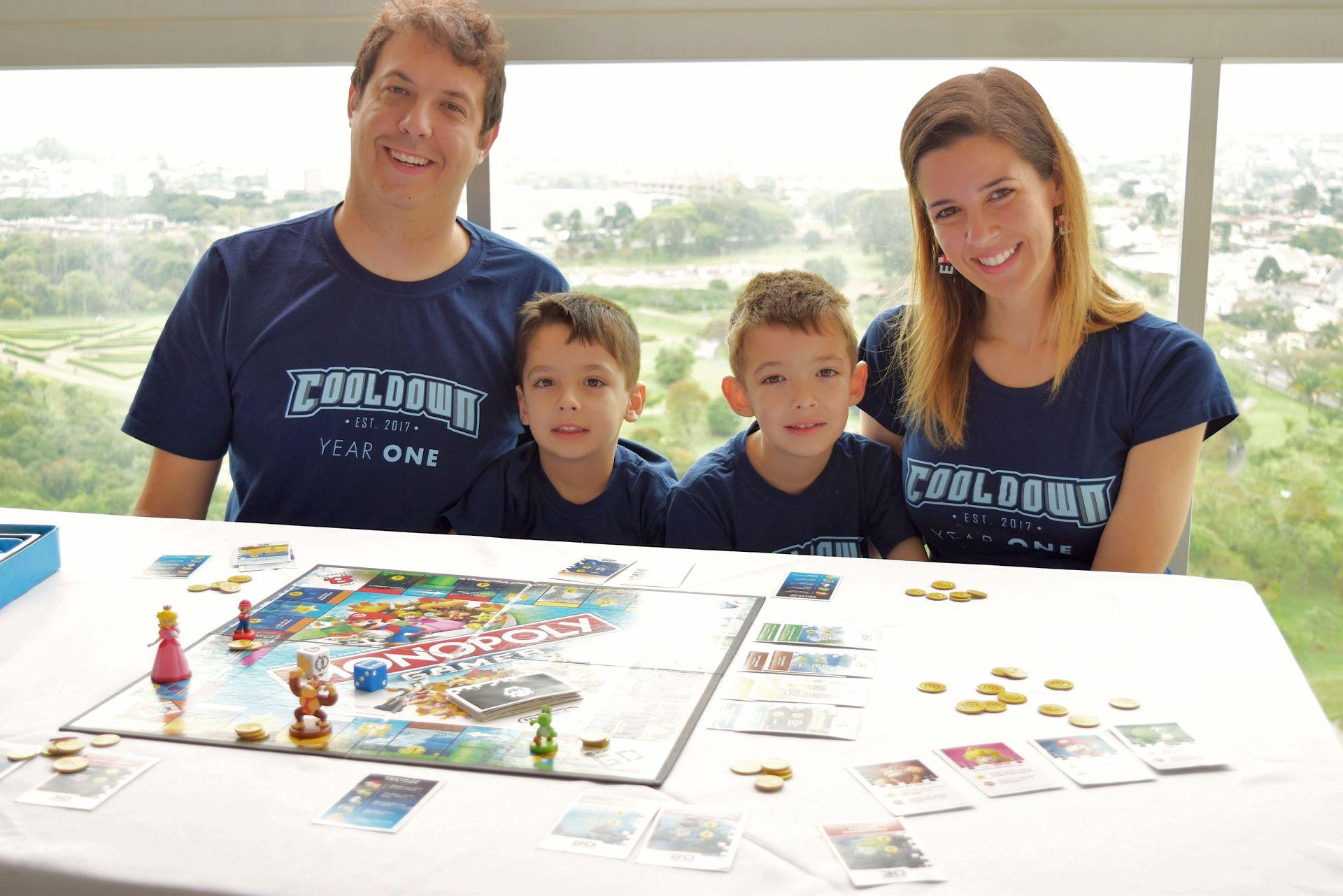 Os pequenos Nicola e Daniel muitas vezes jogam melhor que o pai, um viciado em games. A mãe, Fernanda, brinca junto. Foto: Guilherme Grandi/Gazeta do Povo.