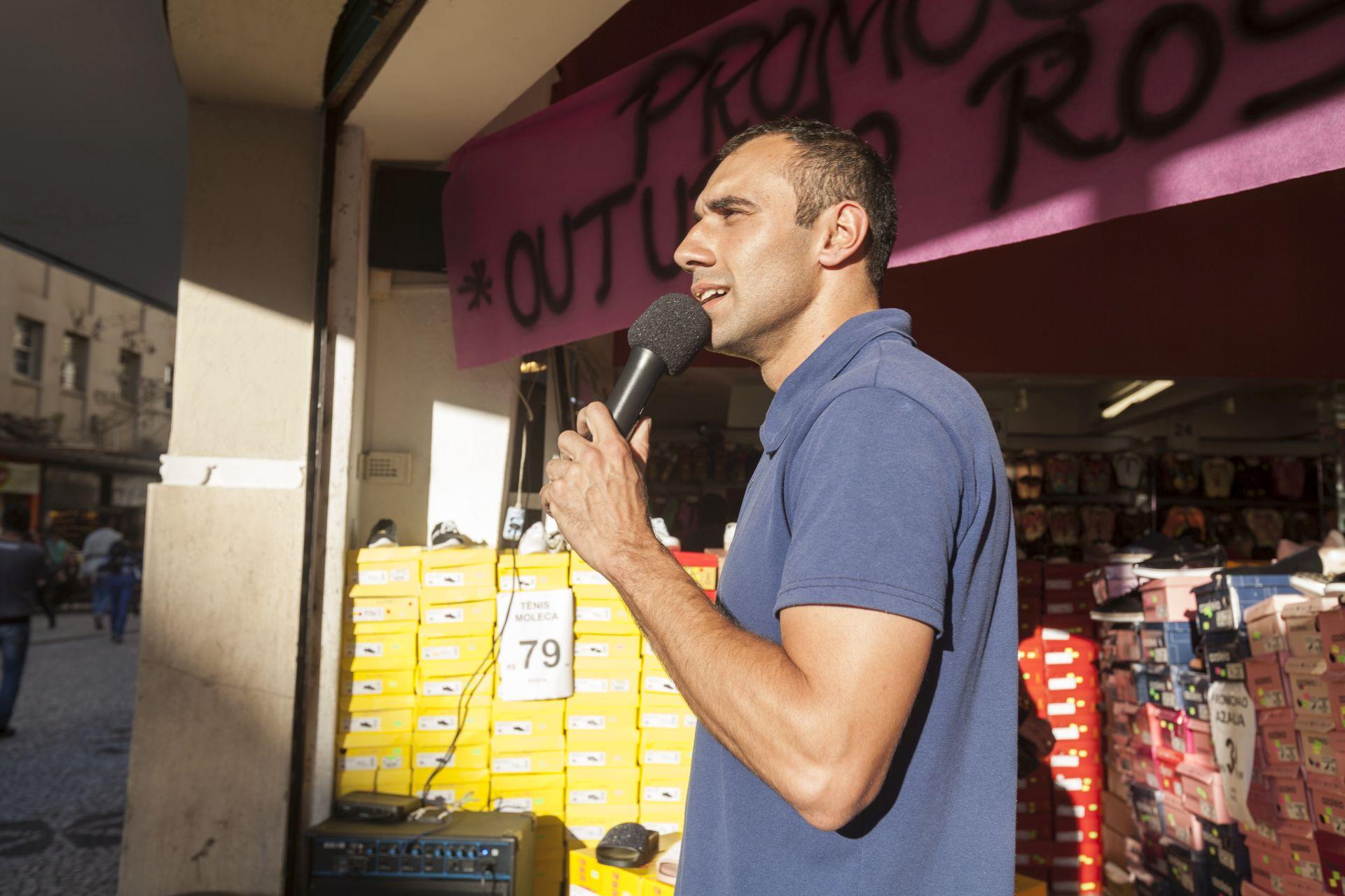 Johnny Fernando trabalha há sete anos como locutor de loja. Atua também como ator amador e gosta de inventar personagens. Foto: Fernando Zequinão/Gazeta do Povo