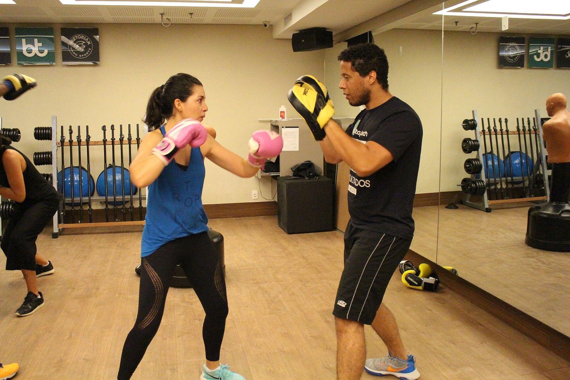 A arquiteta Larissa Costa pratica boxe na Body Tech há três anos, duas vezes por semana, com o instrutor Silas Kister. Foto: Divulgação