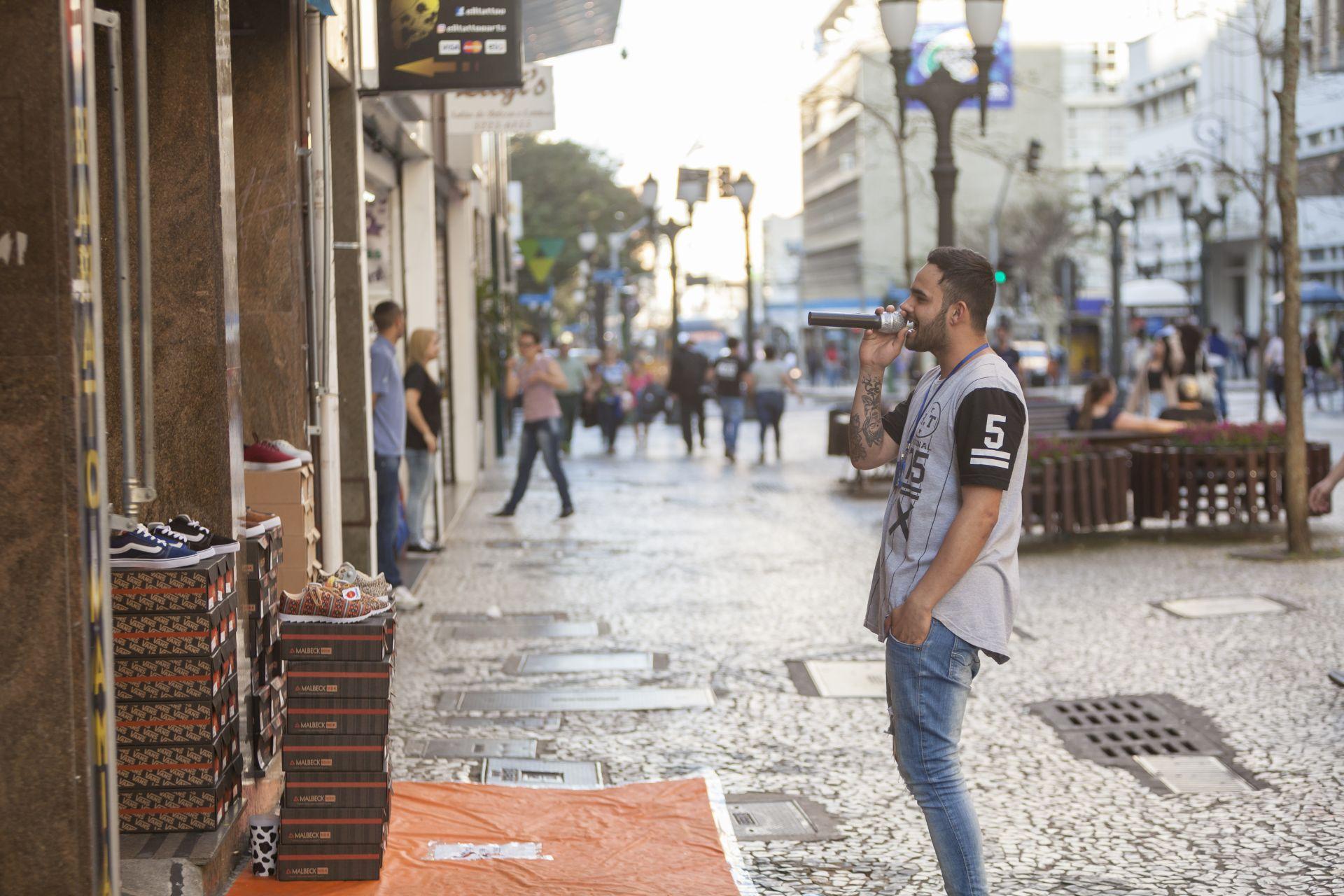 Felipe Lobato tem 20 anos e começou há menos de um ano a ser locutor de loja. Foto: Fernando Zequinão/Gazeta do Povo