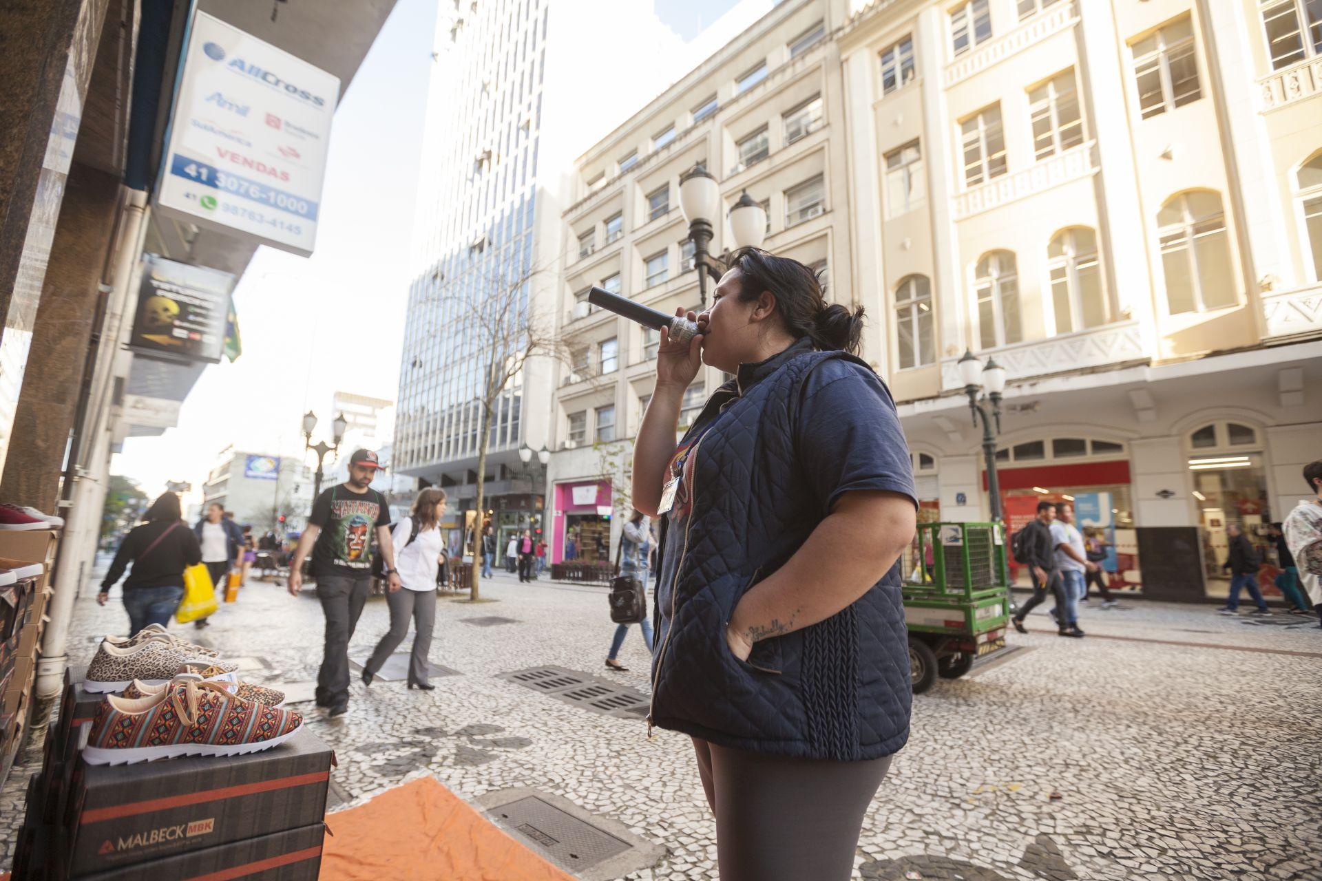 A gerente Larissa Median intercala na narração de promoções com Felipe Lobato, contratado pela loja recentemente. A estratégia aumenta as vendas consideravelmente. Foto: Fernando Zequinão/Gazeta do Povo