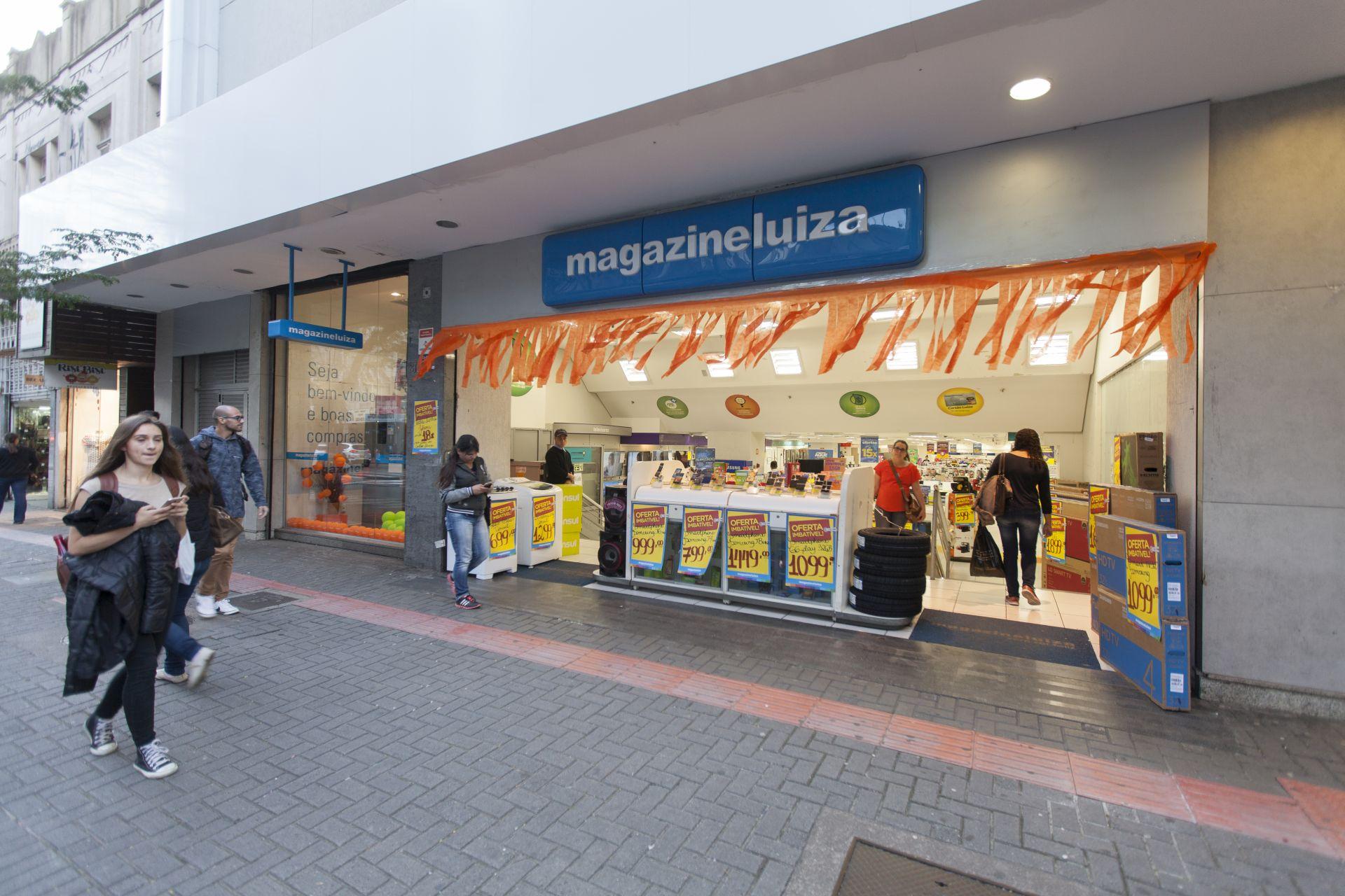 Sem presença física: nessa unidade da loja, os arquivos de áudio são gravados diariamente por um locutor contratado. Foto: Fernando Zequinão/Gazeta do Povo