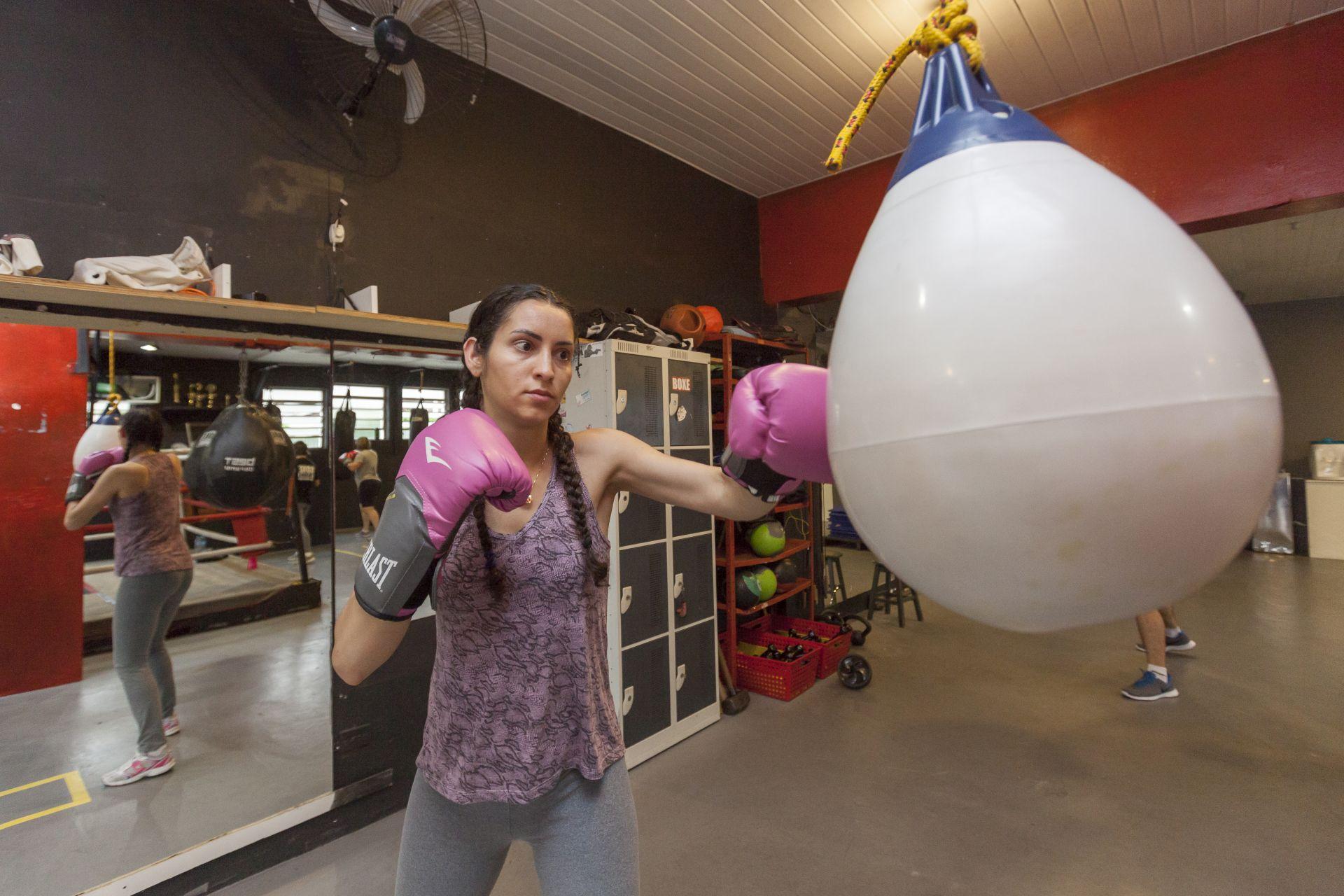 Dos benefícios da prática de lutas, tanto para homens quanto para mulheres, está a melhora no sistema cardiovascular, na coordenação motora e no fortalecimento muscular. Foto: Fernando Zequinão/Gazeta do Povo