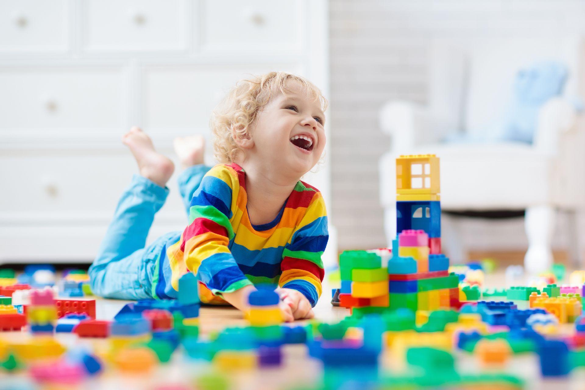 Faça chuva ou faça sol, tire os eletrônicos das crianças e promova brincadeiras em família. Foto: Bigstock