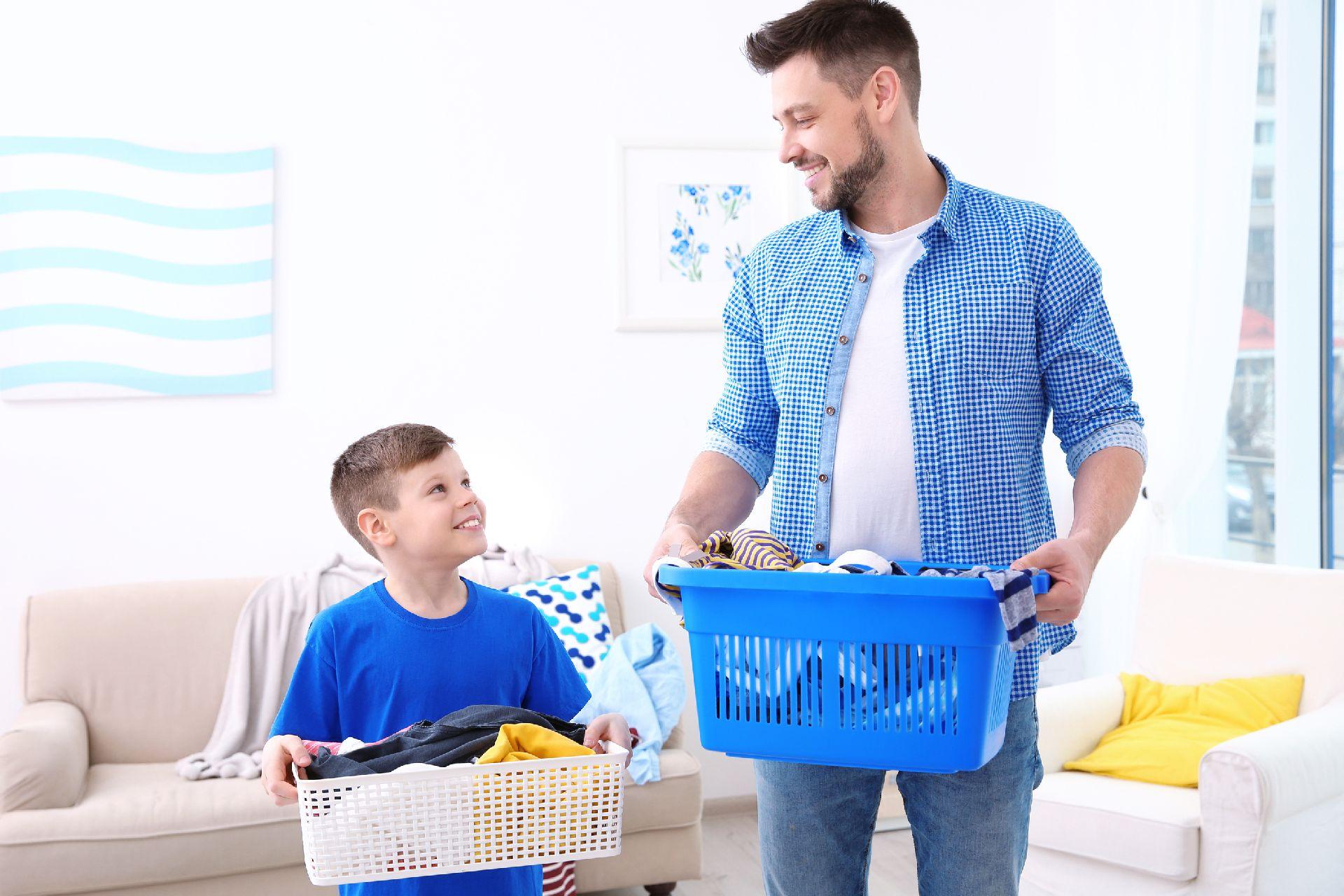 """O pai não deve ter papel de """"ajudante"""" . Também cabe a ele arrumar a casa e dar o exemplo. Foto: Bigstock"""