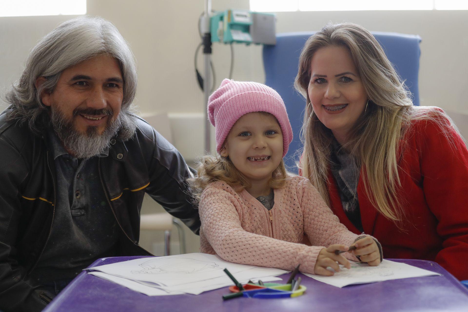 Sophia, de quase cinco anos, recebeu diagnóstico há três anos de um tumor na medula óssea e vem, toda semana, de Maringá a Curitiba com os pais para o tratamento (Foto: Jonathan Campos / Gazeta do Povo)