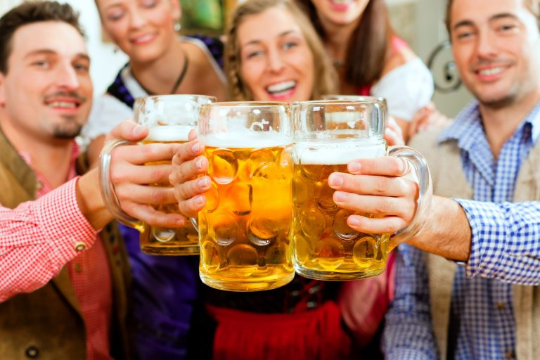 Consumo de bebidas alcoólicas contribui para desidratação. Foto: Bigstock