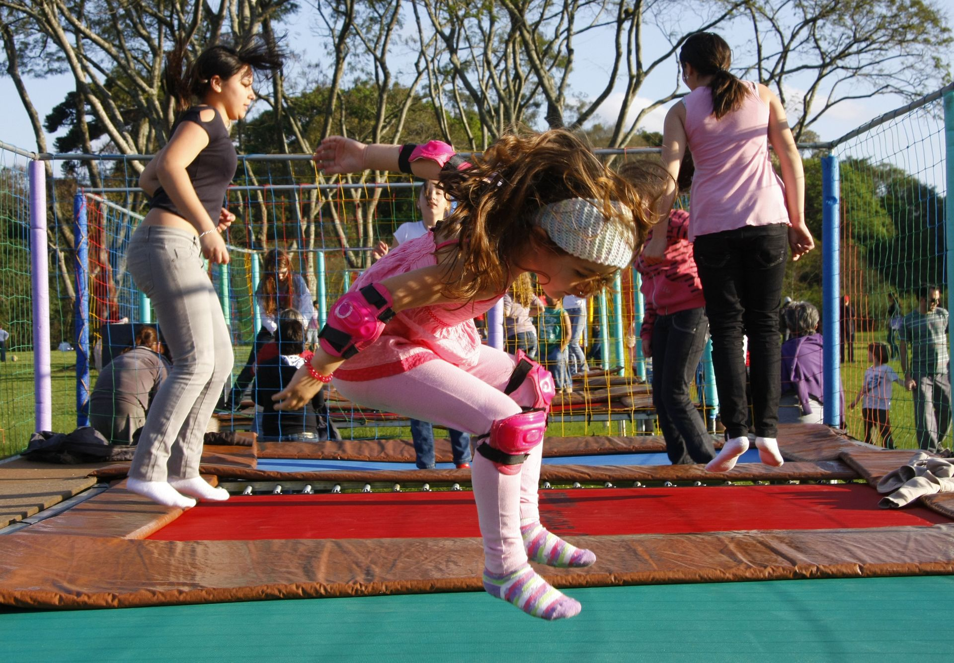 Além de se exercitarem, brincar ajuda no desenvolvimento social, emotivo e cognitivo das crianças (Foto: Hugo Harada/ Agência de Notícias Gazeta do Povo)
