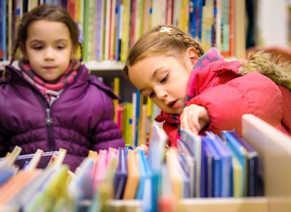 Na Islândia, criou-se uma tradição peculiar após a restrição de importação na época da Segunda Guerra Mundial: trocam-se livros na noite de Natal e após a ceia, toda a família se reúne para ler. Foto: Bigstock