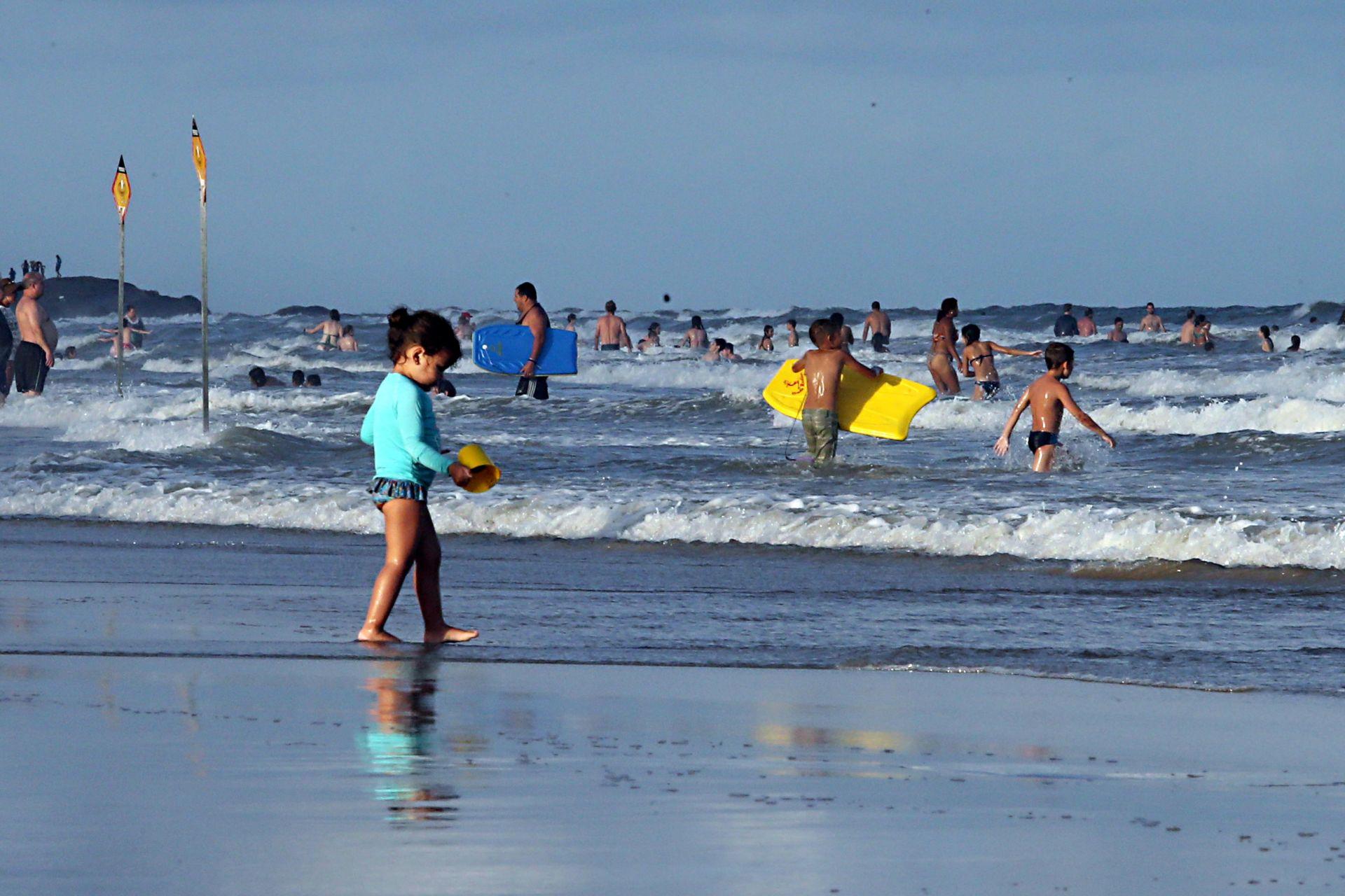 Dica de especialistas é observar entorno na praia para prever possíveis acidentes. (Foto: Albari Rosa / Gazeta do Povo)
