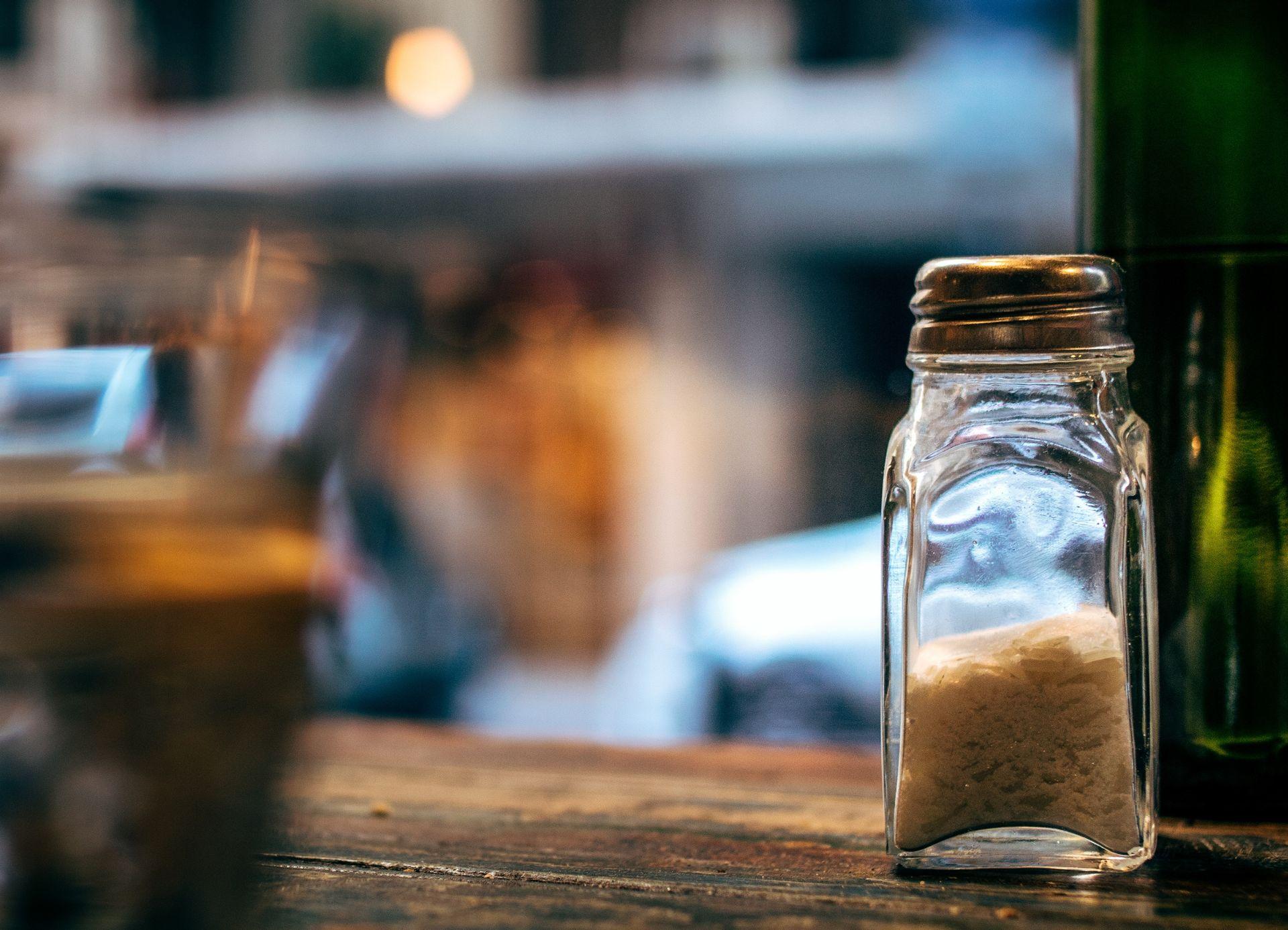 A recomendação da Organização Mundial da Saúde é de consumir, no máximo, 5 gramas de sal por dia. O brasileiro ingere o dobro. Foto: Edi Libedinsky/Unsplash