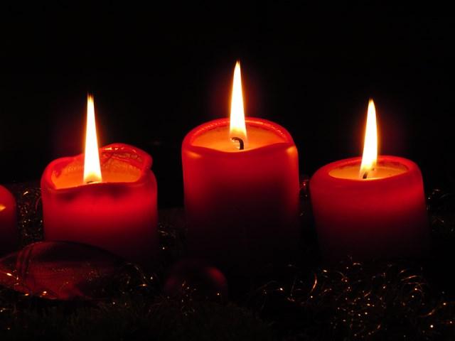 Na Espanha, acende-se uma vela na virada do dia 24 a 25 de dezembro ao lado da manjedoura com o menino Jesus. Foto: VisualHunt