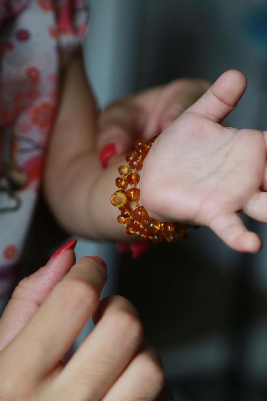 COLAR AMBAR BALTICO - CURITIBA - PARANA - Colares de ambar baltico para bebes, promete diminuir as dores no crescimento dos dentes e melhoras no sono. FOTO: Felipe Rosa / Tribuna do Parana - AGP