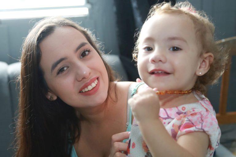 Entre os benefícios do uso do colar estaria a diminuição das dores do nascimento dos dentes e melhora no sono em bebês. Foto: Felipe Rosa / Tribuna do Parana - AGP