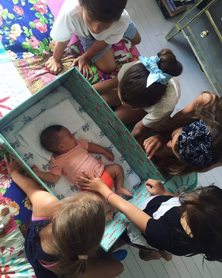 A apresentadora Bela Gil utilizou uma Baby Box para seu filho mais novo, Nino. Foto: Reprodução/Facebook