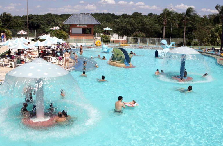 Exames de piscina solicitados por clubes identificam lesões de pele e ajudam na prevenção de diferentes doenças dermatológicas (Foto: Christian Rizzi / Gazeta do Povo / arquivo)