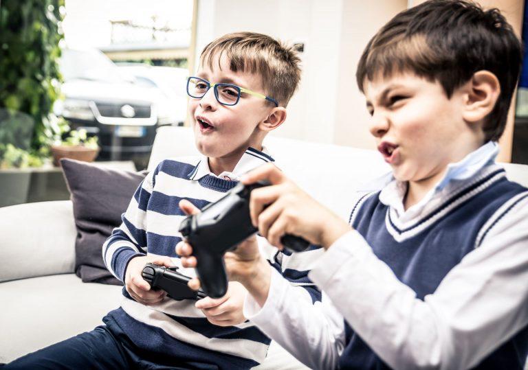 Agressividade e impulsividade podem surgir entre grupos específicos de crianças que fazem uso exagerado de telas, como videogames ou smartphones (Foto: Bigstock)