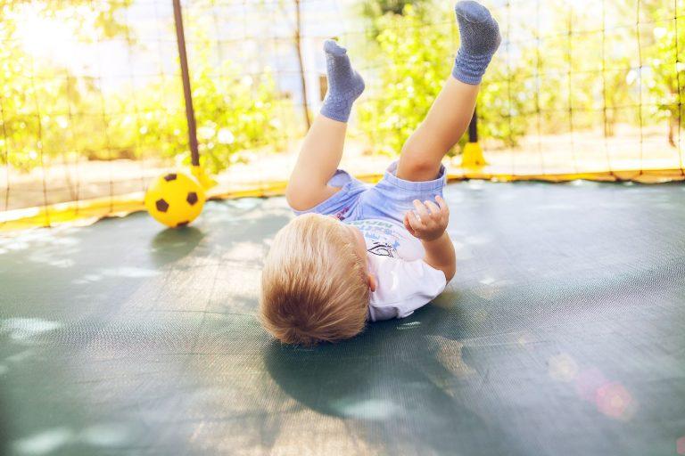 Pode ser divertido, mas a cama elástica não é um brinquedo inofensivo. Fique atento aos cuidados antes de deixar a criança pular. Foto: Bigstock