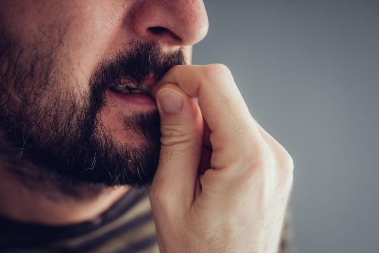 O problema afeta homens, mulheres e crianças que passam por situações de angústia, stress, ansiedade ou depressão. Foto: Bigstock