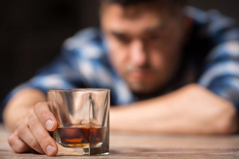 O vício em álcool, maconha e cocaína quase levou o Analista de Sistemas à morte, mas experiência o fez criar aplicativo para ajudar usuários na luta contra as drogas. Foto: Bigstock