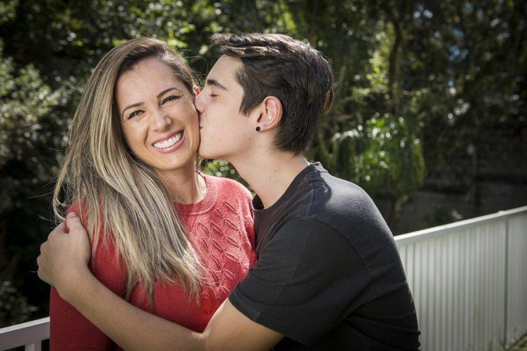 Curada de câncer do pâncreas, Priscila Domingues, mãe de dois filhos, extraiu o câncer cirurgicamente e hoje está curada. Foto: Letícia Akemi/Gazeta do Povo.