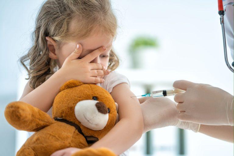 Caso os sintomas de mal estar persistam ao longo dos dias, talvez sejam sinais de que a pessoa, ao se vacinar, já estava com o vírus da gripe. Foto: Bigstock.