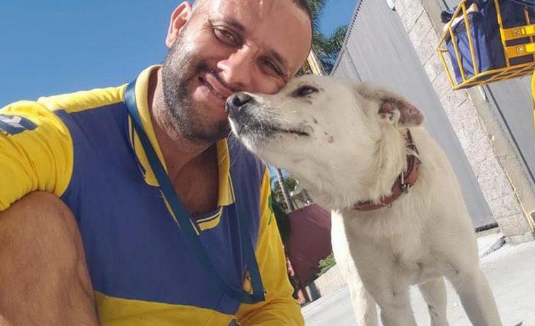 """O carteiro já tem a fama de """"encantador dos animais"""". Foto: Reprodução / Facebook"""