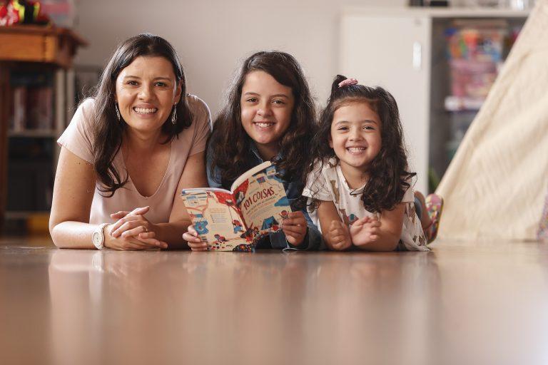 """Melina Pockrandt e as filhas Manuela e Ana Júlia: """"Minhas filhas merecem que eu seja a melhor pessoa que eu posso ser para que nossa casa seja um lar agradável, no qual se sintam amadas e com bons referenciais de caráter"""", diz ela. Foto: Jonathan Campos/Gazeta do Povo."""