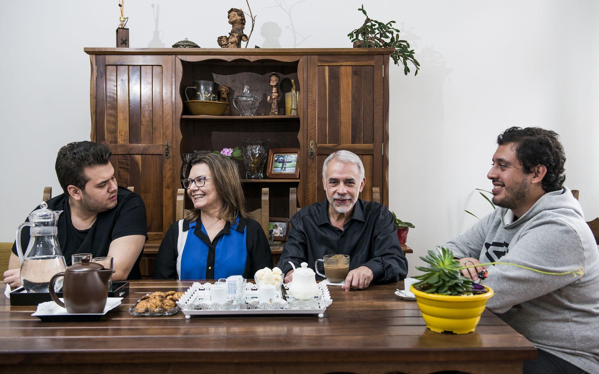 Os momentos da família reunida em volta da mesa são raros e, quando ocorrem, Leocádio apenas toma seu café ou degusta alguma coisa. Foto: Leticia Akemi