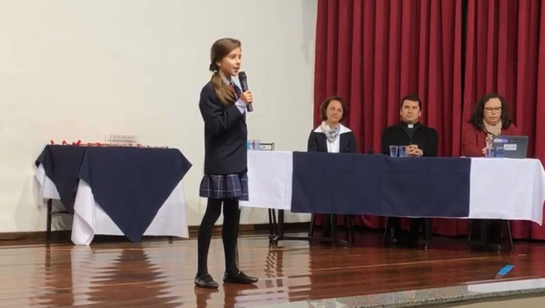 """Laura durante o concurso da escola: """"sei que ele fez o seu melhor"""". Foto: Reprodução"""