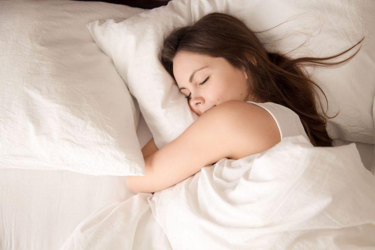 Os mecanismos fisiológicos para a manutenção da temperatura do corpo (mais as cobertas e roupas quentes) favorecem o sono. Foto: Bigstock.