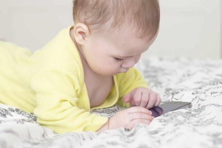 Crianças expostas exageradamente às telas, e com predisposição genética, podem desenvolver autismo (Foto: Bigstock)