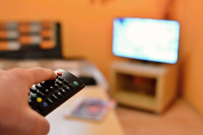 O controle remoto está na lista dos objetos mais sujinhos, mas há outros que você deve prestar atenção. Foto: Bigstock