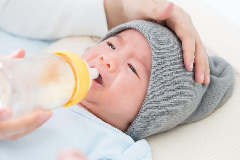 No início, é uma verdadeira batalha alimentar os bebês com a síndrome, porque são muito fracos para sugar. Foto: Bigstock