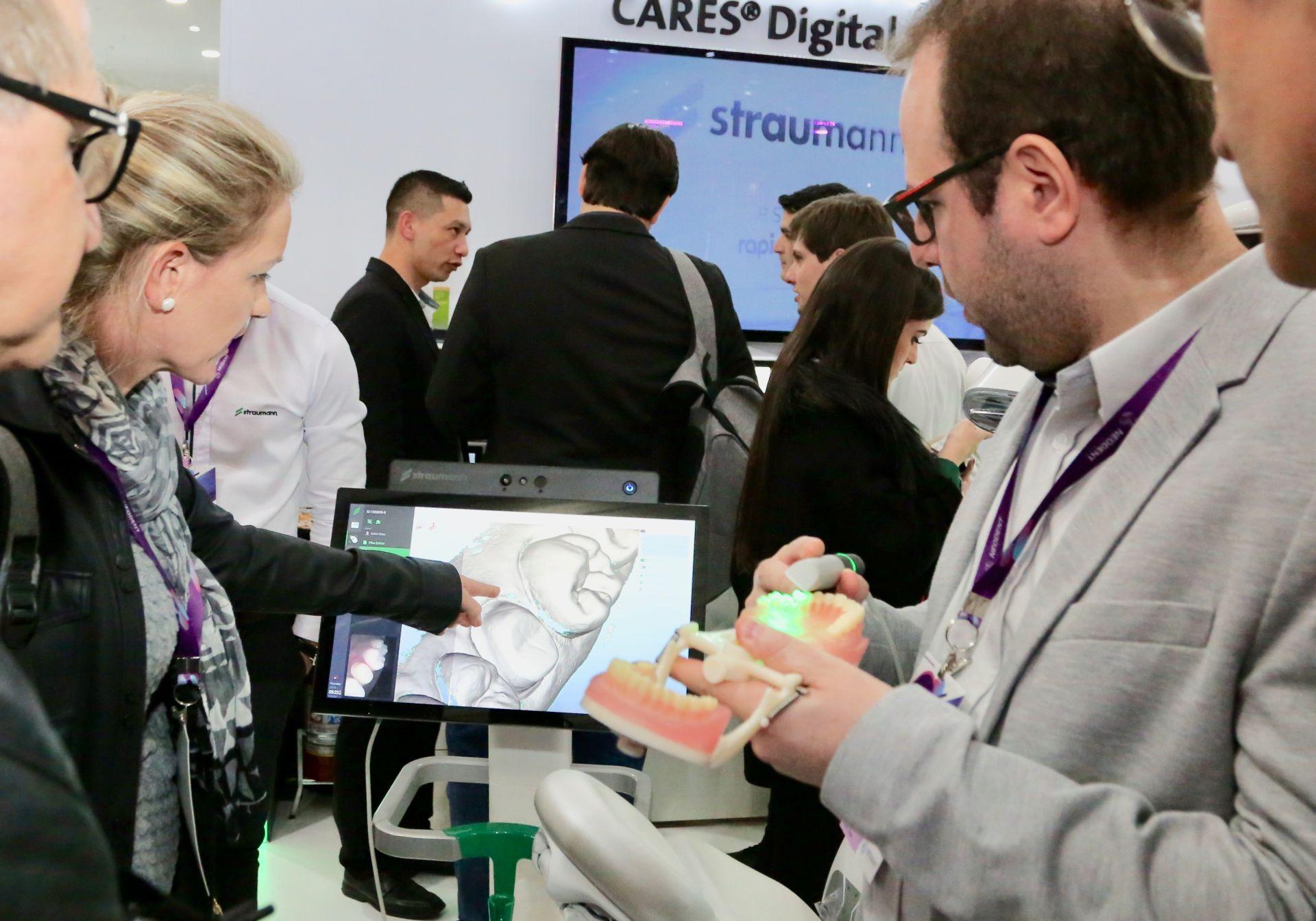 Aparelho faz um escaneamento digital dos dentes do paciente. Demonstração foi realizada durante o 5º Neodent Congress, realizado no início de junho em Curitiba (Foto: Divulgação / Marcelo Elias)