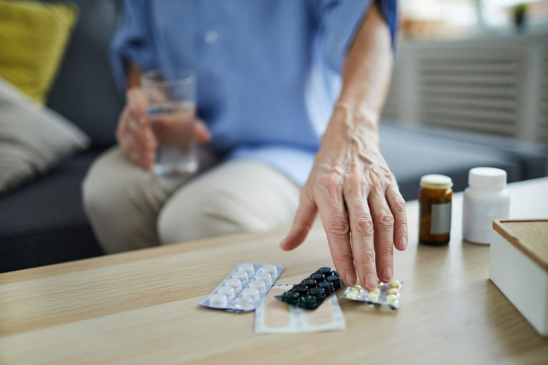 Aquele paciente que consome cinco ou mais remédios aumenta bastante a chance de desenvolver reações adversas às próprias drogas ou à interação entre elas. Foto: Bigstock.