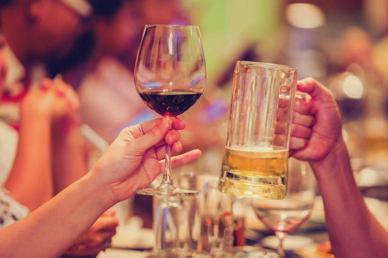 Há quase 50% mais mulheres bebendo abusivamente no Brasil, alerta o Ministério da Saúde (Foto: Bigstock)
