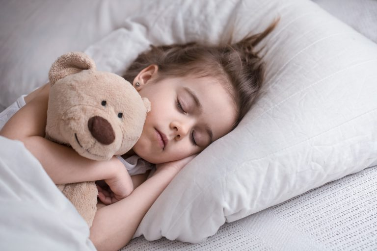 Crianças que dormem mal não tem todas as fases do sono completas, consequentemente não há a liberação de todos os pulsos de GH. Foto: Bigstock.