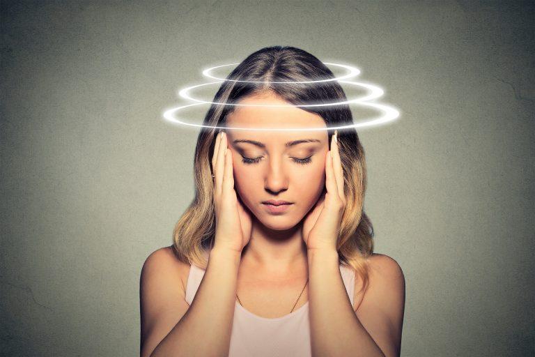 A pessoa tem uma sensação de tontura, de escurecimento da vista, como se ela fosse desmaiar. Em termos médicos é a síndrome vaso vagal. Foto: Bigstock.