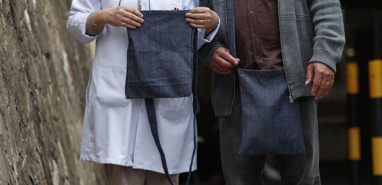 As bolsas, feitas pela técnica de enfermagem Carmem, são produzidas com tecido de jeans, de forma a se esconder na roupa Foto: Jonathan Campos / Gazeta do Povo.
