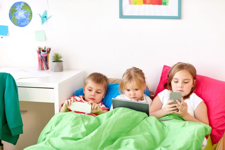 Mais do que o tempo em frente aos dispositivos, relação com a tecnologia revela se seu filho é um dependente da internet. Foto: Bigstock.