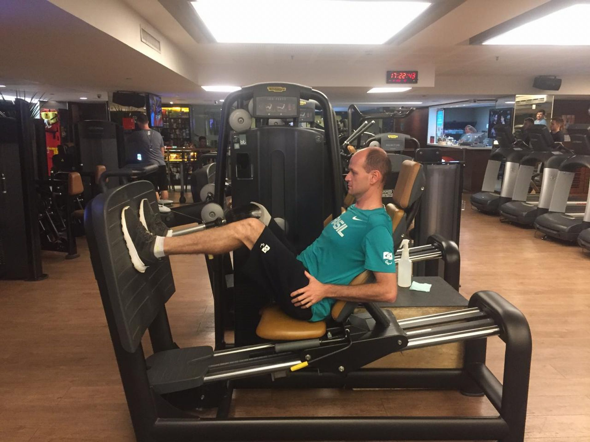 Com receio de exercícios com a perna, Daniel demorou até usar aparelhos como o leg press Foto: Amanda Milléo / Gazeta do Povo.